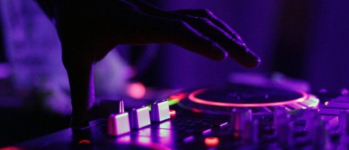 Contratar a un DJ: Todo lo que debes saber… ¡Y Más!